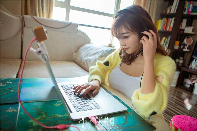 Cận cảnh một ngày làm việc của một nữ streamer xinh đẹp - ảnh 2