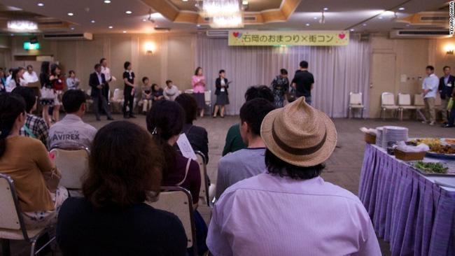 Thanh niên Nhật Bản đua nhau kết hôn với bạn thân để khỏi mất công hẹn hò - ảnh 1