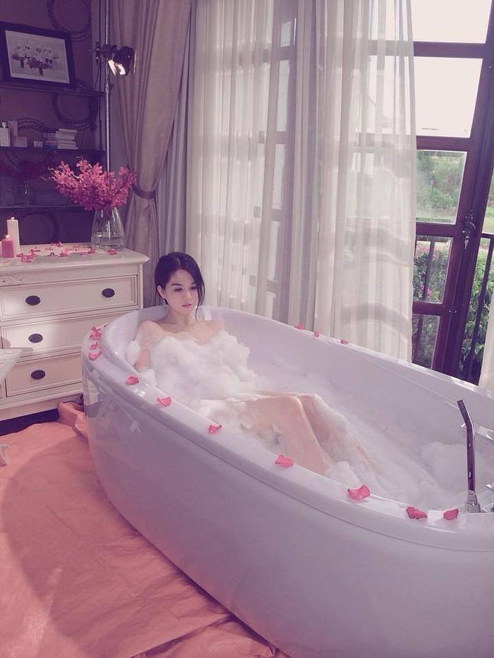 Tỉnh cả ngủ với ảnh bán nude gợi cảm của mỹ nhân Việt trong bồn tắm - ảnh 11