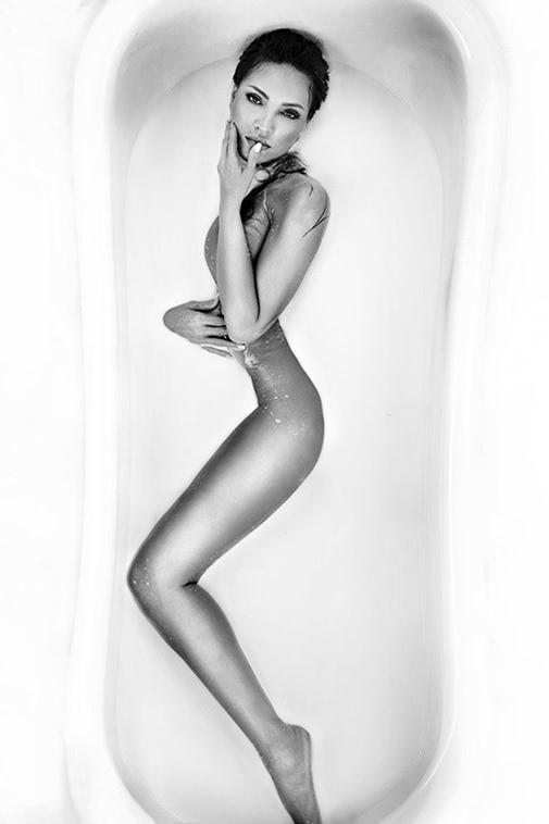 Tỉnh cả ngủ với ảnh bán nude gợi cảm của mỹ nhân Việt trong bồn tắm - ảnh 8